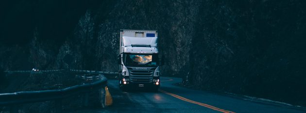 ciężarówka na drodze nocą