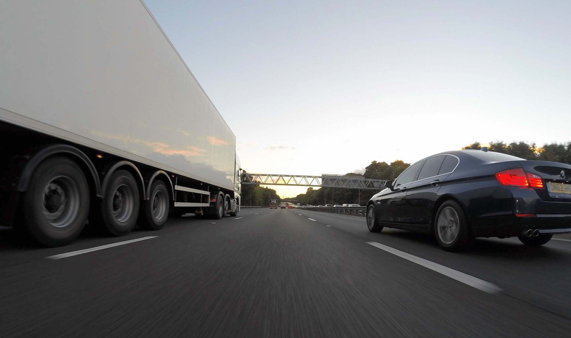 Ciężarówka i osobówka na drodze