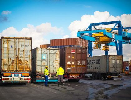 Logiscom samochody transportowe logistyka